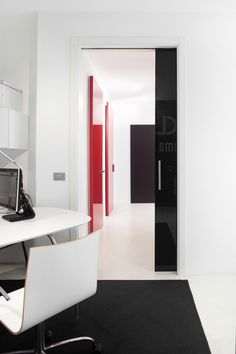 The use of black and white result in an contrasting colour effect creating a challenging and surreal atmosphere. The final aesthetic result is a refined and minimalist design that celebrates the seamless integration of the sliding system with the rest of the wall.