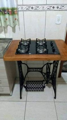 Wonderful Ideas For Wooden Pallet Grills And Furniture For Your Garden – Tiredbe… - DIY Möbel Sewing Machine Tables, Antique Sewing Machines, Sewing Table, Vintage Industrial Furniture, Repurposed Furniture, Antique Furniture, Furniture Makeover, Diy Furniture, House Furniture