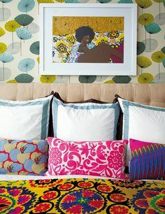 Maria Brito NY | En la cama, de Williams Sonoma Home, suzani vintage y cojines de Morag Macpherson. En la pared, papel pintado de Sanderson y obra de Mickalene Thomas.