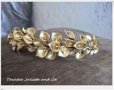 Tiara de calas doradas Hair Jewelry, Pearl Jewelry, Jewelery, Bridal Bands, Hair Wreaths, Long Black Hair, Diy Headband, Fascinator, Bridal Hairpiece