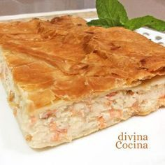 Este hojaldre de salmón y queso se prepara con una receta fácil y resulta un plato muy festivo y sabroso.