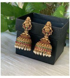 Gold Jhumka Earrings, Indian Jewelry Earrings, Gold Bridal Earrings, Jewelry Design Earrings, Gold Earrings Designs, Gold Jewellery Design, Antique Earrings, Gold Jewelry, Temple Jewellery