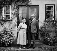 J.R.R. Tolkien con su esposa, en el jardín de su casa en Oxford, Inglaterra, 1961.