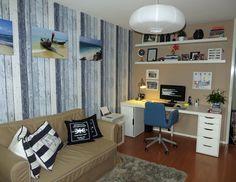 Computer/logeerkamer met slaapbank met steigerhout behang. Ikea Hagalund slaapbank en Alex bureau.  Small home office and guestroom with reclaimed wood wallpaper.