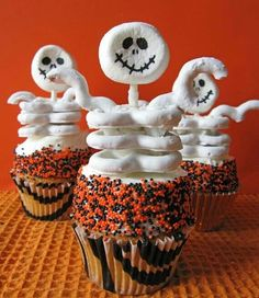 These skeleton pretzel cupcakes are so clever and fun!  Round up of cute and creepy Halloween treats in the link.