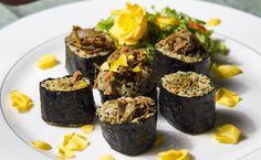 """Os vegetarianos que não abrem mão de saborear as delícias da culinária japonesa agora tem mais uma opção. Trata-se de um sushi recheado de quinoa e casca de banana, uma receita leve, que não contém nenhum tipo de peixe, glúten ou lactose. A eco chef Marta Tatini revelou aosite Empreendedor Social a receita de como...<br /><a class=""""more-link"""" href=""""https://catracalivre.com.br/geral/gastronomia/indicacao/casca-de-banana-vira-recheio-nutritivo-de-sushi/"""">Continue lendo »</a>"""
