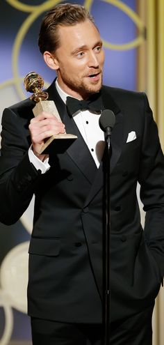 Tom Hiddleston poses in the press room after winning the Best Performance by an Actor in a Limited Series or a Motion Picture made for Television at the 74th Annual Golden Globe Awards held at the Beverly Hilton Hotel on January 8, 2017. Source: Torrilla. Full size image: http://ww4.sinaimg.cn/large/6e14d388ly1fbk989rb35j212s1m77hs.jpg