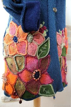 I think this uses knitted big flower pattern by Inna Sidorova Knitting Stitches, Knitting Designs, Knitting Socks, Hand Embroidery Dress, Silk Ribbon Embroidery, Love Crochet, Knit Crochet, Knitting Blocking, Crochet Shell Stitch