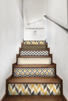 Create sets on your stairs with wallpaper! It's the deco idea of ​​Saturday! Energize your stairs with wallpaper! Graphic and aesthetic, it's the deco idea of ​​Saturday! Painted Stairs, Decoration Inspiration, Interior Decorating, Interior Design, House Stairs, Basement Renovations, Staircase Design, Home Staging, Interior And Exterior
