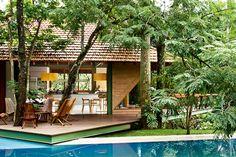 Área externa: construção de tijolinhos abriga cozinha gourmet