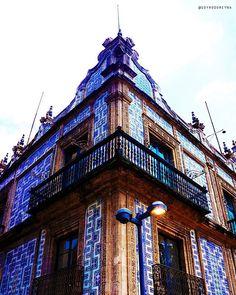 El Palacio Azul mejor conocido como La Casa de los azulejos es un palacio en el centro histórico de la Ciudad de México que perteneció a los Condes del Valle de Orizaba.  Su fachada exterior se encuentra recubierta por azulejos de talavera poblana que lo hace ser una de las más bellas obras de arquitectura barroca novohispana.  #CDMX #ColoresdeMéxico #Arquitectura #Barroco #México #VivaMéxico #Arte #Cultura #Historia #BellasArtes #PalacioAzul #AvenidaMadero #Talavera #Azulejos #Cantera…