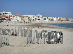 Carnon-Plage: Sandy beach, houses and buildings of the seaside resort, Mediterranean Sea - France-Voyage.com