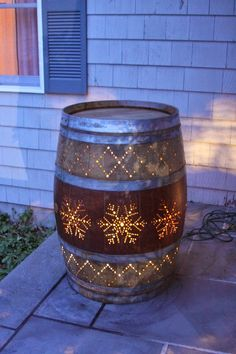 Best ideas for rustic outdoor patio diy wine barrels Whiskey Barrel Planter, Whiskey Barrel Furniture, Bourbon Barrel, Whiskey Barrel Decor, Diy Luz, Wine Barrel Crafts, Wine Barrel Garden, Barrel Projects, Outside Decorations