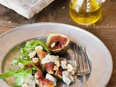 Salat aus Feigen, Edelschimmelkäse, Haselnüssen und Rauke ist ein Rezept mit frischen Zutaten aus der Kategorie Obstsalat. Probieren Sie dieses und weitere Rezepte von EAT SMARTER!