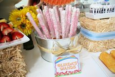 How adorable are these Glinda's Wand snacks? Click the pin for instructions on how to make them and other fun Wizard of Oz themed party ideas from our Mommy & Me Tab!