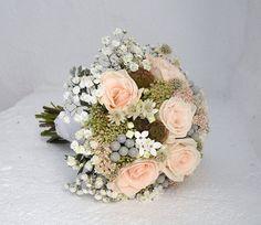 Ramo de novia con rosas, astrantias, bouvardias, scabiosas, sedum, gypsophila y brunias // Romantic bridal bouquet by Blumenaria