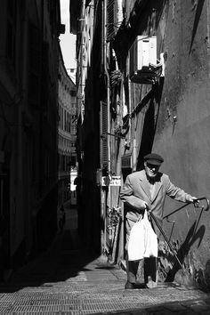 """Genova. 1° riScato urbano di Ola Szurlej. Saranno conteggiati i """"mi piace"""" al seguente post: https://www.facebook.com/photo.php?fbid=10206459067789615&set=o.170517139668080&type=3&theater"""