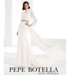 Pepe Botella, vestido de novia en crep con cinturon joya manga larga