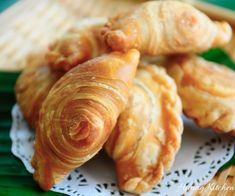 Spiral Curry Puffs, also known as Karipap Pusing (螺旋咖喱角) are a tasty and favourite Asian snack especially in Malaysia and Singapore. Curry Puff Recipe, Huang Kitchen, Asian Snacks, Asian Desserts, Brunch, Tea Time Snacks, Curry Paste, Dim Sum, Spicy