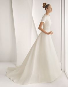 There is no bride who does not want to be beautiful on her wedding day. The best way is to choose, calmly, the perfect dress. Here is a preview of the collection with models 2014 pics of wedding dresses to be able to assess the cut, the length and the fabric more suitable.