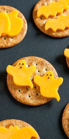 Snack spooky with these super healthy halloween treats! These halloween themed snacks that are fun, delicious, and SO easy to make even the kids can help! Plat Halloween, Halloween Finger Foods, Halloween Party Appetizers, Appetizers For Kids, Halloween Treats For Kids, Appetizer Recipes, Snack Recipes, Spooky Treats, Spooky Halloween