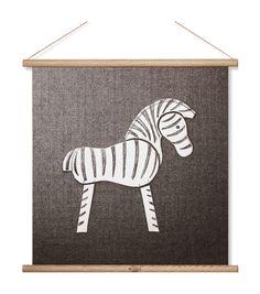 Under vårens Formex visade Rosendahl upp detta läckra print av Kay Bojesens välkända Zebra som en del av deras vårkollektion 2017. Man har uppnått en väldigt naturlig känsla tack vare att printet är tillverkat helt i bomull med dekorativa träprofiler och en naturfärgad läderrem som bär upp den.