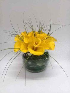 d4e9872e9b Elegante arreglo floral elaborado con calla lilis amarillas (el color varía  según la existencia)