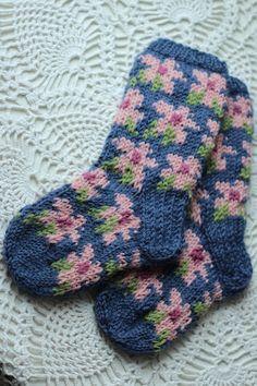flower socks by Kutileen Blogi Knitting For Kids, Baby Knitting Patterns, Knitting Stitches, Knitting Socks, Hand Knitting, Crochet Socks, Knit Or Crochet, Lots Of Socks, Fair Isles
