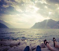 Relaxen am Gardasee #gardasee #see #torbole #wolken #cloudsart #clouds #wasser #füßehoch #füße #sonne #sun