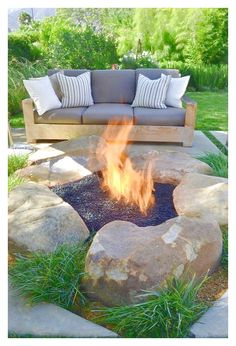 These fire pit ideas and designs will transform your backyard. Check out this list propane fire pit, gas fire pit, fire pit table and lowes fire pit of ways to update your outdoor fire pit ! Find 30 inspiring diy fire pit design ideas in this article. Diy Fire Pit, Fire Pit Backyard, Large Backyard, Modern Backyard, Rustic Backyard, Diy Propane Fire Pit, Outdoor Fire Pits, How To Build A Fire Pit, Outside Living