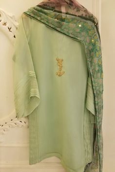 Pakistani Dresses Casual, Pakistani Dress Design, Indian Dresses, Desi Wedding Dresses, Pakistani Salwar Kameez, Casual Outfits, Casual Clothes, Embroidered Blouse, Suit Fashion