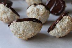 Kan du lide kokos? Det kan jeg. Min opskrift på kokosmakroner er nem at lave. Massen er fast og nem at forme. Og de smager selvfølgelig godt!
