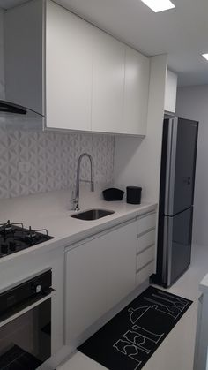 I LOVE this kitchen, especially the mat. I wish the sink was bigger, however. Kitchen Room Design, Kitchen Sets, Open Plan Kitchen, Kitchen Decor, Diy Interior, Kitchen Interior, Hobby Design, Modern Kitchen Cabinets, Contemporary Kitchen Design