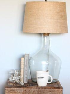 Tischlampe aus Glasballon mit Lampenschirm aus Leinenstiff