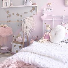 I spy our mini star wall decals in this perfectly pink bedroom ✨ Goodnight!
