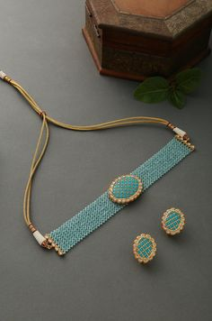 Adriti Turquoise Gold Tone Kundan inspirierte Stones Choker Halskette - New Ideas Indian Jewelry Earrings, Indian Jewelry Sets, Jewelry Design Earrings, Indian Wedding Jewelry, Jewelry Art, Necklace Designs, Antique Jewellery Designs, Antique Jewelry, Vintage Jewellery
