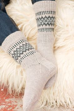 Kirjoneulesukat Novita 7 Veljestä | Novita knits Knitting Charts, Knitting Stitches, Knitting Socks, Baby Knitting, Knitting Patterns, Knit Socks, Woolen Socks, Sock Toys, Fair Isle Knitting