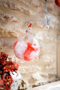 Comment décorer une boule de Noël transparente de façon originale ? Christmas Deco, Christmas Bulbs, Holiday Decor, Crafts, Home Decor, Party, Merry Christmas, Primitive Christmas, Children