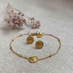 Vergoldete Armkette mit süssen Ohrstecker mit der gleichen griechischen Münze. Bracelets, Clothing, Gold, Outfits, Accessories, Jewelry, Fashion, Studs, Presents