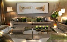 Sala de estar com detalhes pontuais coloridos
