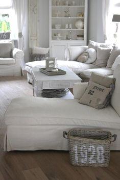Momentan bevorzuge ich den Stil der Hamptons und habe einiges im Haus verändert. Accessoires und Möbel sind von einen auf den anderen Pla...