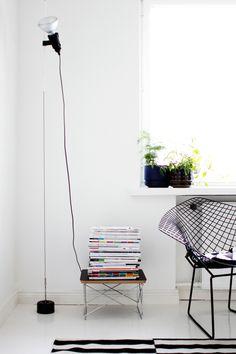 Lámpara de suspensión Parentesi de Flos. Incluye: la cuerda de acero, el cabezal, el gancho para colgar del techo y el contrapeso de la parte inferior de la cuerda. También está disponible a la venta el complemento de la lámpara, que se refiere sólo al cabezal. Coloca tantos cabezales como desees en el cable de acero. Sólo tendrás que deslizarlos hacia arriba y/o hacia abajo, dependiendo de las necesidades de iluminación que tengas.