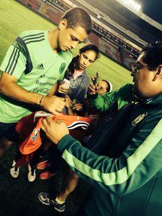 Javier Hernández  El Chicharito firmando el jersey 2011-2012 de Manchester United