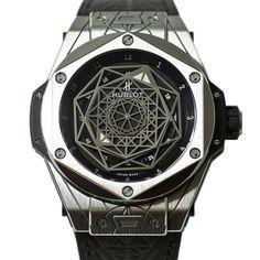 Hublot 推出一枚「紋身」Tattoo 主題的新腕表「Hublot Big Bang Sang Bleu」,錶盤由瑞士紋身藝術家 Maxime Büchi 特別為 Hublot 設計,通過具有宗教儀式感的幾何圖形,重新詮釋「時間的表達方式」。