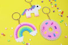 Aus Bügelperlen lassen sich die tollsten DIY Geschenke basteln, z.B. DIY Schlüsselanhänger mit Einhorn, Donut oder Regenbogen Motiv!