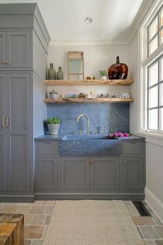 Interior Design Kitchen Farmhouse Mudroom Farmhouse Mudroom The mudroom features a Soapstone sink and backsplash Layout Design, Design Ideas, Home Luxury, Farmhouse Laundry Room, Laundry Rooms, Farmhouse Style, Laundry Room Sink, Farmhouse Ideas, Grey Cabinets