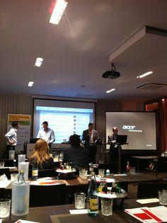 """Björn Ognibeni von Buzzrank während der Abschlusssession """"Live-Testing: Social Media Monitoring im Vergleich"""" auf dem Digital Marketing & Media Summit 2012 in Hamburg #d2m12"""