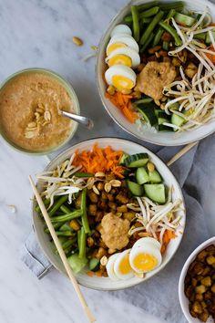 Gado gado salade met bloemkoolrijst, tempeh en pindadressing - % Tempeh, Tofu, Gado Gado, Buddha Bowl, Cobb Salad, Salad Recipes, Meal Prep, Salads, Food And Drink