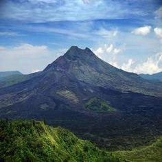 Gunung Batur  yang berlokasi di kintamani  cocok untuk  menikmati Matahari Terbenam yang sangat eksotis