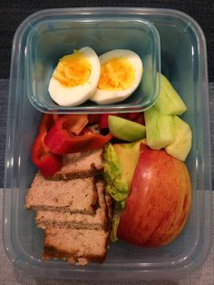 pasztet, papryka, ogórek, listek sałaty, jajko, jabłko 😋🍴🍱